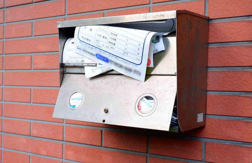 死亡した親宛の郵便物の停止手続き|空き家の実家のポストはいっぱいでは?
